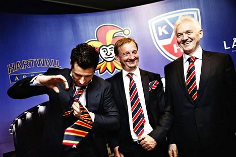 Harry Harkimo (kesk.) omistaa ainakin vielä 51 prosenttia Jokereista. 49 prosentin osuus seurasta on Arena Events Oy:llä, jonka taustalla ovat Roman Rotenberg (vas.) ja Gennadi Timtshenko (oik.).