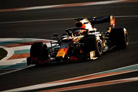 Max Verstappen Red Bull-Hondan ratissa viime joulukuussa Abu Dhabissa.
