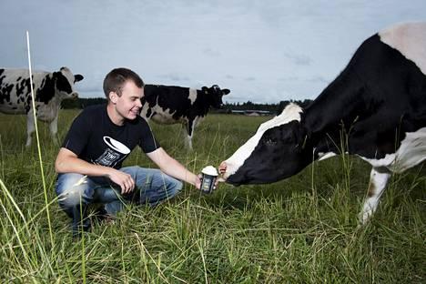 Jäätelö palaa alkulähteelleen Vennan maatilalla Turussa, kun Olli Suominen tarjoaa Maito-lehmälle maistiaista.
