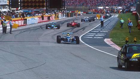 Ayrton Senna johti letkaa turva-auton takana Imolassa 1994. Senna ajoi kilpailun kuudennella kierroksella, toisella kierroksella turva-auton poistumisen jälkeen, kohtalokkaasti ulos.