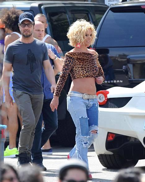 Larry Rudolph ja Britney Pretty Girls -kappaleen musiikkivideon kuvauksissa vuonna 2015.
