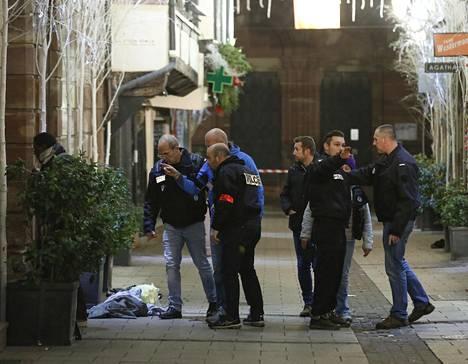 Poliisit suorittivat tutkintaan kadulla jolla ammuskelu tapahtui tiistaina.
