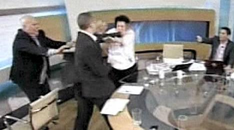Kultainen aamunkoitto -puolueen Ilias Kasidiaris päätyi lyömään kommunistipuolueen Liana Kanellia Kreikan aamutelevisiossa.