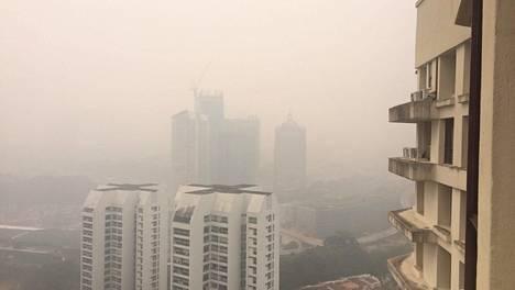Kuala Lumpurissa asuvan Saana Liikasen ikkunasta näkyvät talot peittyvät pahimpina päivinä kokonaan savusumuun.