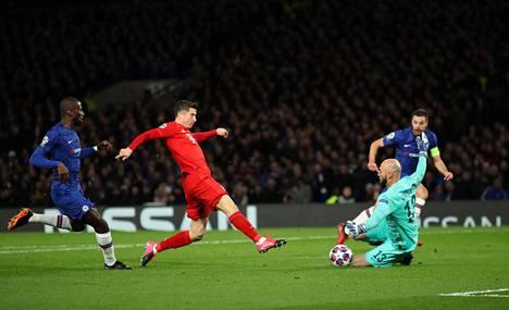 Robert Lewandowski teki jälleen näyttävää jälkeä, ja tällä kertaa Chelsea sai siitä osansa.