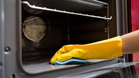 Uunin pesemisessä kannattaa hyödyntää lämmön vaikutusta.