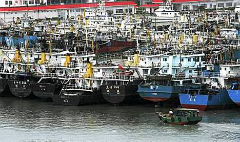 Sadat veneet pysyivät satamassa Haikoussa, kun Chanthu-myrsky lähestyi aluetta.