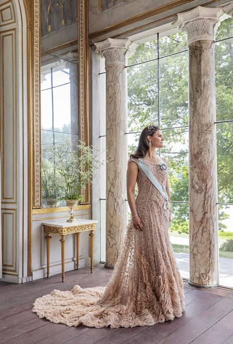 Kruununprinsessa Victoria poseerasi upeassa luomuksessa hääpäivänsä kunniaksi.