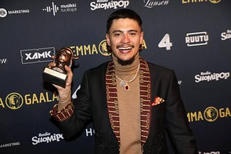 Mikael Gabriel lukeutuu Suomen eturivin artisteihin. Hän juhli musiikkivideonsa voittoa Emma-gaalassa vuoden 2019 alussa.