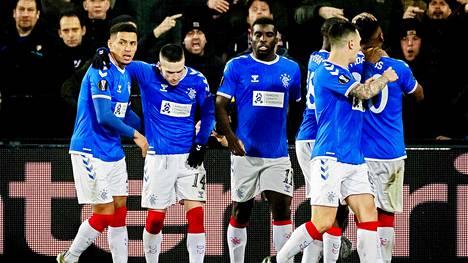 Glasgow Rangersin pelaajat juhlivat Alfredo Moralesin (oik.) 1-1-tasoitusmaalia.