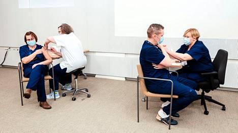 Suomen ensimmäiset koronarokotteet annettiin joulukuun 27. päivänä 2020 HUS:in teho-osaston hoitajille. Koronapotilaita hoitava sote-henkilöstö saa nyt kolmannet rokotteet.