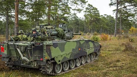 Ruotsin armeijan joukkoja harjoittelemassa Gotlannissa. Arkistokuva.