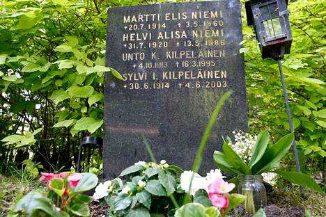 Masa Niemi lepää Hietaniemen hautausmaalla Helsingissä. Niemen hauta on Uurnalehdossa, vanhan hautausmaan uusimmalla alueella. Myöhemmin hautaan on laskettu myös näyttelijän leski Helvi Niemi, o.s. Kilpeläinen ja tämän sukulaiset Unto ja Sylvi.