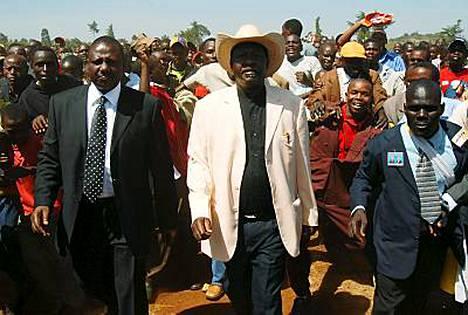 Kenian oppositiojohtaja Raila Odinga kannattajiensa keskellä.