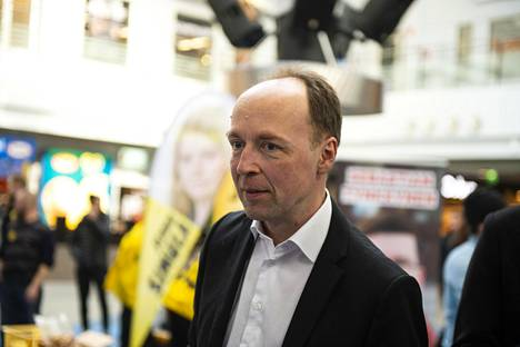 Perussuomalaisten Jussi Halla-aho maanantaina vaalitilaisuudessa Kempeleen kauppakeskus Zeppelinissä.