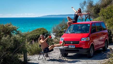 Tasmanian ilmaiset leirintäalueet sijaitsevat saaren upeimmilla paikoilla. Bay of Fires -rannalla karavaanin saa parkkeerattua aivan rannan tuntumaan.
