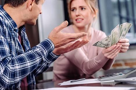 Raha on katala keino käyttää valtaa parisuhteessa.