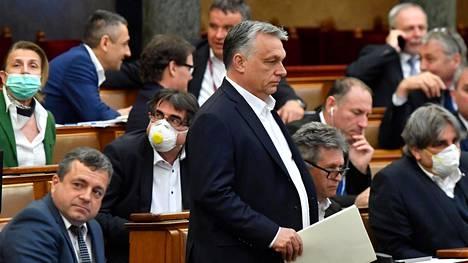 Unkarin pääministeri Viktor Orban (kesk.) parlamentissa maanantaina.