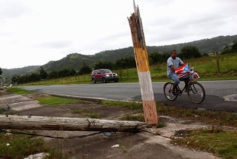 Moni paikallinen on ollut kuukausia riippuvainen myös ulkoisista ruoka-avustuksista. Kuvassa mies pyöräilee Yabucoan laitamilla.