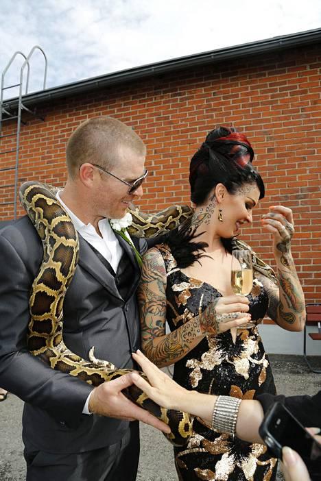 Sinin suunnitteleman hääpuvun oli tehnyt pukusuunnittelija Martzu Berg. Hetki ennen käärmeen puremaa tuoretta hääparia hymyilytti.