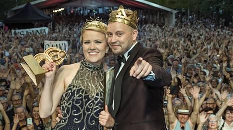 Kuninkaalliset esiintyivät yhdessä yleisölle kuningatarfinaalin jälkeen tangokadun lavalla.