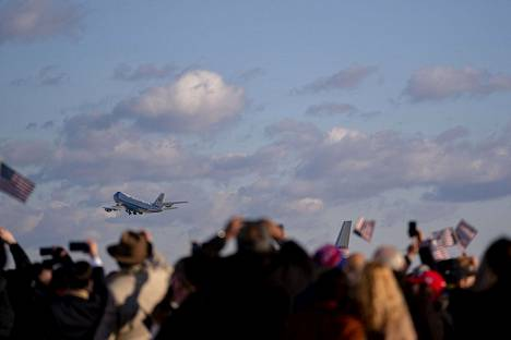 Trumpin kannattajat jäivät vilkuttamaan pilvien taakse katoavalle Air Force Onelle.