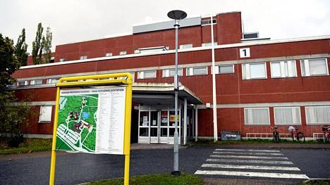 Vaasan sairaanhoitopiirin on eletty nyt viikon verran tiukennettujen rajoitusten kanssa. Kuvassa Vaasan kaupunginsairaala ja pääterveysasema.