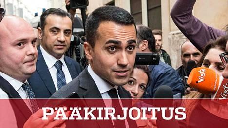 Vasemman laidan populistipuolueen Viiden tähden liikkeen johtaja Luigi Di Maio poistumassa Italian parlamentista hallitusneuvotteluista 10. toukokuuta.