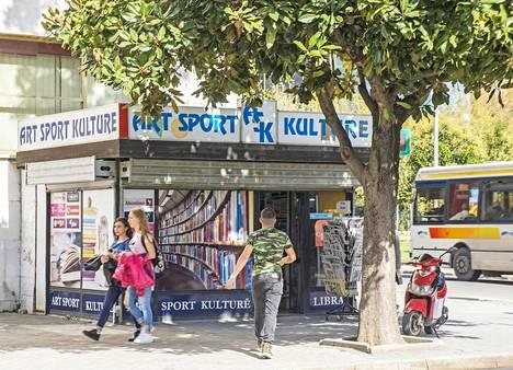 Kaupunki suorastaan tulvii kirja- ja lehtikioskeja, jotka painottavat albaaneille tärkeitä taidetta, urheilua ja kulttuuria.