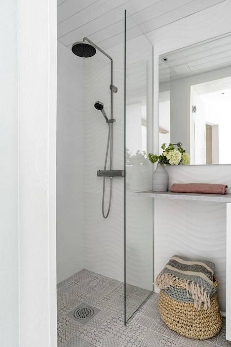 Rohkeus voi tarkoittaa vaikkapa kylpyhuonetta, jonka perinteistä vaaleaa kokonaisuutta on tehostettu rohkealla kuviolaatoituksella.