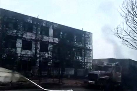 The Paperin mukaan vaarallisia kemikaaleja kuljettanut ajoneuvo räjähti tehdasalueen sisäänkäynnin luona.