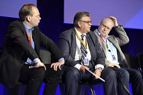 Puolustusministeri Jussi Niinistö, ulkoministeri Soini ja työministeri Lindström.