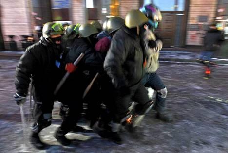 Oikean sektorin akvitistit harjoittelijat katutaisteluja Kiovassa tammikuussa.