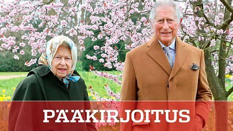 Kuningatar Elisabet, 94, ja kruununprinssi Charles, 72, poseerasivat kevätkukkien keskellä maaliskuun lopulla.