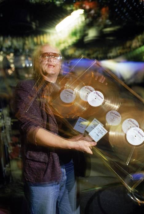Juice esitteli Pyromaani palaa rikospaikalle -albumista saatua kultalevyään elokuussa 1986.