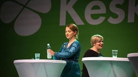 Keskustan puheenjohtajaehdokkaat pitivät noin viiden minuutin mittaiset puheet. Kuvassa Katri Kulmuni ja Annika Saarikko.