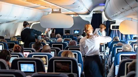 Mitä tapahtuu, jos lentokoneellinen matkustajia ei noudata elektroniikkakieltoa? Asiantuntija vastaa
