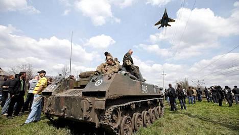 Ukrainalaissotilaat istuskelivat keskiviikkona panssaroidun miehistönkuljetusajoneuvon päällä.