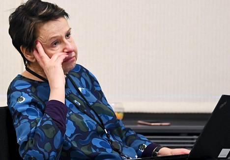 Sosiaali- ja terveysministeriön kansliapäällikkö Kirsi Varhila sanoo, että STM selvittää työ- ja elinkeinoministeriön kanssa, milloin kotimainen hengityssuojaintuotanto saadaan käyntiin ja takaako se suojaimien riittävän saatavuuden.