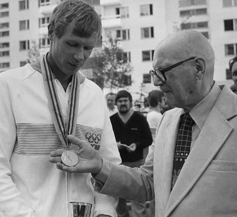 Pertti Karppinen esitteli jo toista olympiakultamitaliaan presidentti Urho Kekkoselle, joka katseli raisiolaisen loppukilpailun Krylatskojen soutustadionin VIP-aitiosta.