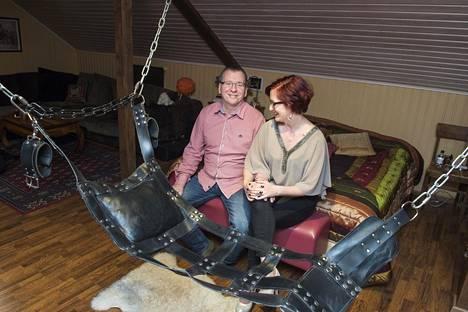 Tiia ja Jouni Forsström makuuhuoneessaan, joka toimii myös Aistien talon sessiotilana.