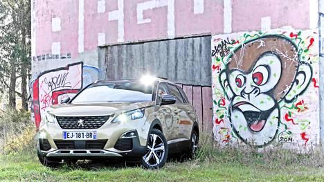 Keskikokoisesta, 4,6-metrisestä kokonaismitastaan huolimatta uusi Peugeot 5008 edustaa tilantarjonnaltaan kaikin puolin luokkansa huippua pannen monet isompansa ahtaalle.