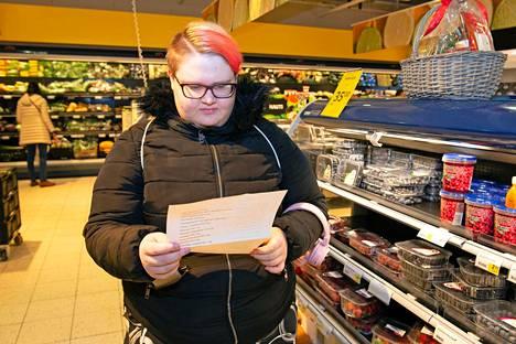 Leipuri-kondiittoriksi opiskeleva Karoliina Snäkin hämmästyi listauksen ruokien suolamääriä.