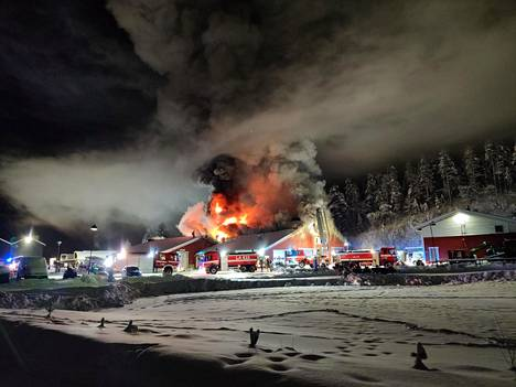 Tulipalo aiheutti pahanhajuisen ja myrkyllisen savun leviämistä lähiympäristöön.