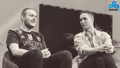 """Alex """"ALEX"""" McMeekin (vasemmalla) on Cloud9:n uuden joukkueen ensimmäinen pelaaja. Vieressä uusi pomo, GM:nä toimiva Greer."""