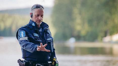 Kuopion poliisissa toimiva vanhempi konstaapeli Marko Kilpi tunnetaan myös dekkaristina. Poliisit, ma–to Jim klo 20.30.