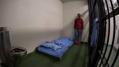Arman Alizad kokeilee oloja Riihimäen vankilassa uutuussarjassaan.