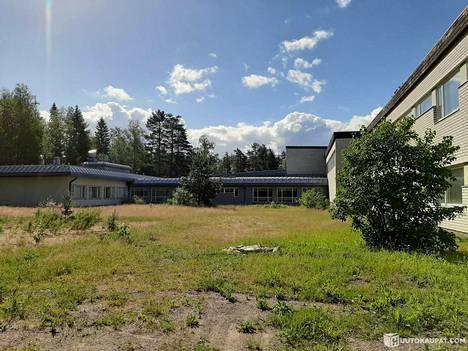 Koulu sijaitsee muutaman kilometrin päässä Pieksämäen keskustasta.