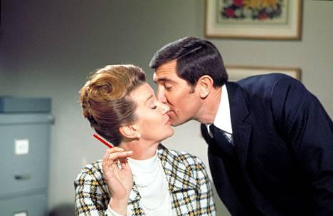 Bond (George Lazenby) flirttaili tuttuun tapaan neiti Moneypennyn (Lois Maxwell) kanssa.