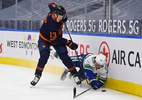 Vancouverin Quinn Hughes oli hätää kärsimässä Puljujärven käsittelyssä.